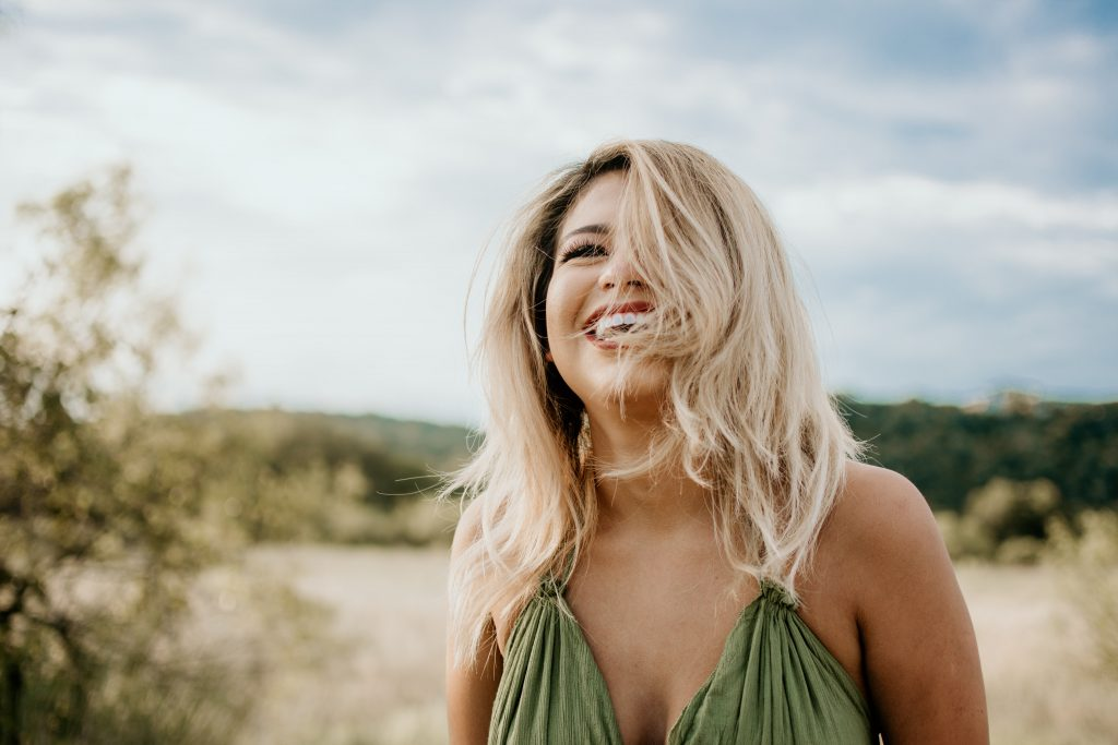 blonde vrouw lachend buiten