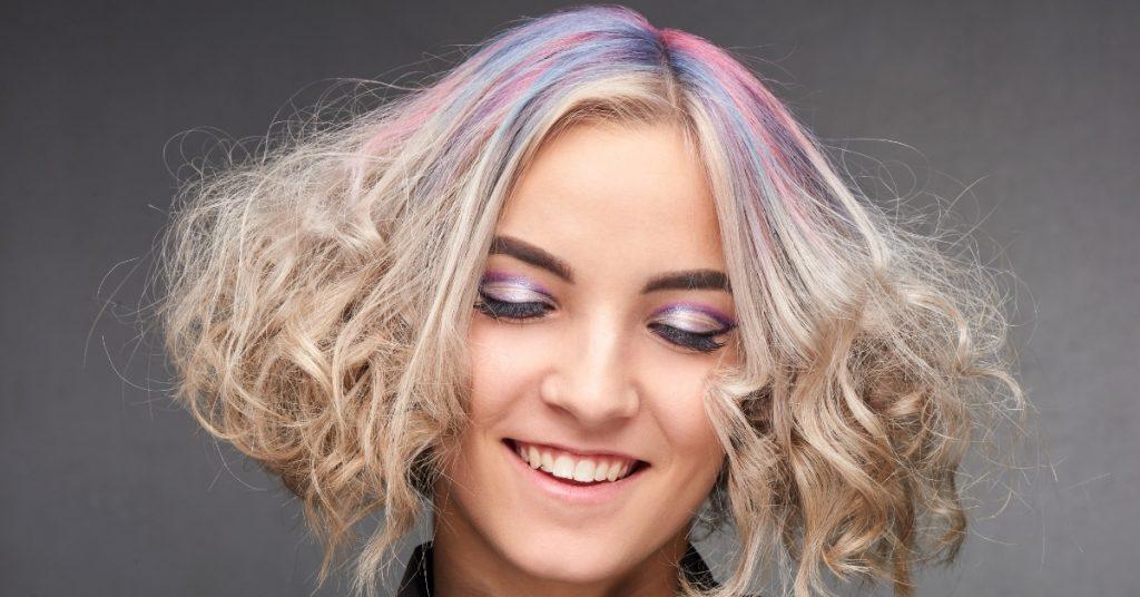 vrouw met fel gekleurde haren